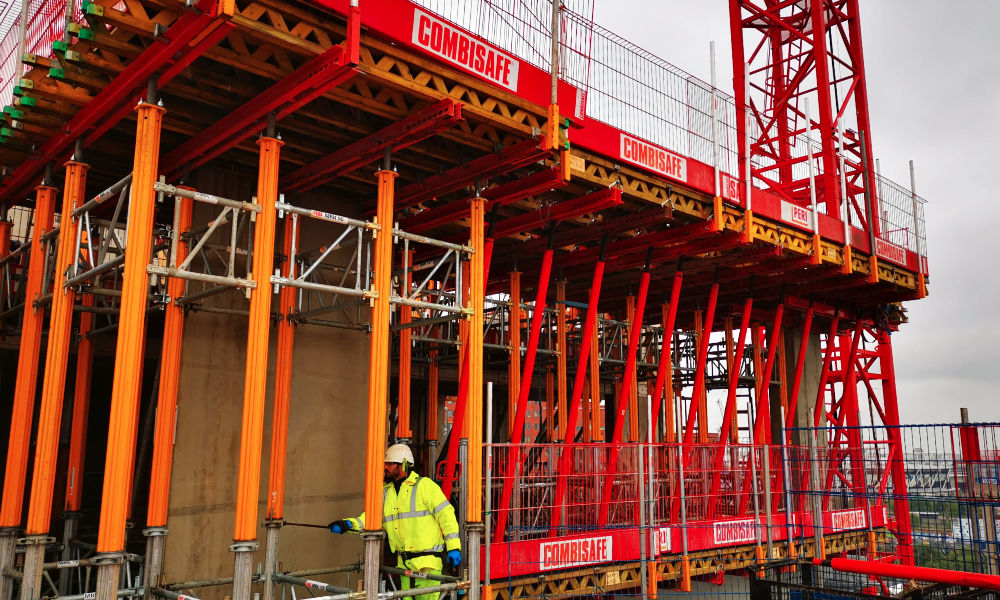 In keeping with the offsite manufacturing, most of the temporary decks for level 10 and 12 were preassembled by Peri offsite with the whole process taking just two days
